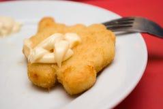 Gebraden kippenstuk op een plaat met mayonaise Royalty-vrije Stock Foto's