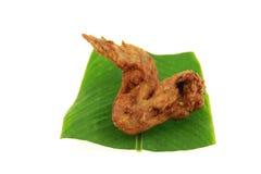 Gebraden kippenvleugels op babanablad Stock Afbeelding