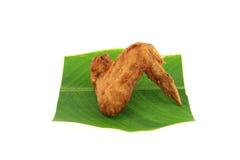 Gebraden kippenvleugels op babanablad Stock Afbeeldingen