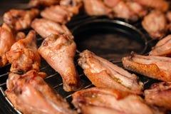 Gebraden kippenvleugels op een grill Royalty-vrije Stock Foto