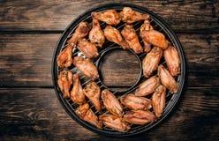 Gebraden kippenvleugels op een grill Stock Fotografie