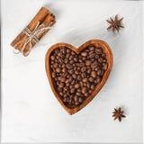 Gebraden koffiebonen in een kom in de vorm van hart, met anijsplant a royalty-vrije stock foto's