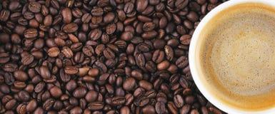 Gebraden koffiebonen Koffiemok op de achtergrond van koffiebonen Stock Foto