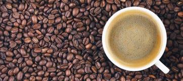 Gebraden koffiebonen Koffiemok op de achtergrond van koffiebonen Panorama, banner Royalty-vrije Stock Afbeeldingen