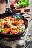 Gebraden koningsgarnalen met knoflook en Spaanse pepers stock fotografie
