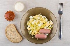 Gebraden kool met worsten in plaat, brood, ketchup, mayonaise Royalty-vrije Stock Afbeelding