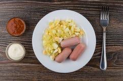 Gebraden kool met worsten in plaat, ketchup, mayonaise en FO Royalty-vrije Stock Fotografie