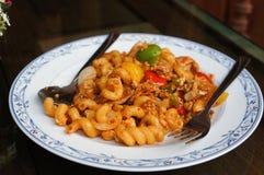 Gebraden macaroni met varkensvlees en eieren royalty-vrije stock fotografie