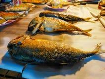 Gebraden makreel in Markt stock foto's