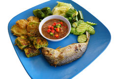 Gebraden makreel met de saus van het garnalendeeg Royalty-vrije Stock Foto's