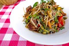 Gebraden noedel Aziatisch voedsel stock foto's
