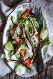 Gebraden okra en avocadosalade Royalty-vrije Stock Fotografie