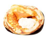 Gebraden pannekoeken op een geïsoleerde plaat. Royalty-vrije Stock Foto