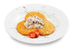 Gebraden pannekoeken van de aardappels met saus en kersentomaten Royalty-vrije Stock Afbeeldingen