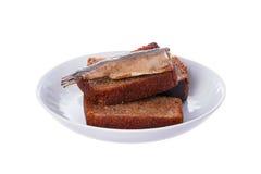 Gebraden plakken van zwart brood en vissen gekookte sprotten Royalty-vrije Stock Foto