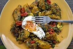 Gebraden pompoen met kruiden samen zacht-gekookt ei stock afbeelding