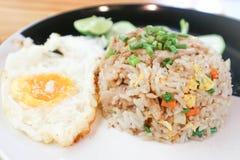 Gebraden rijst of be*wegen-gebraden rijst met gebraden ei Stock Fotografie