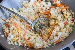 Gebraden rijst in een pan Stock Foto