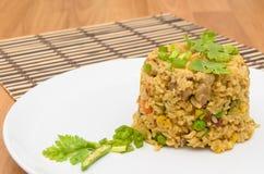 Gebraden rijst gele kerrie met varkensvlees op bamboemat Stock Foto
