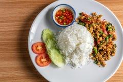 Gebraden rijst met basilicum stock afbeeldingen