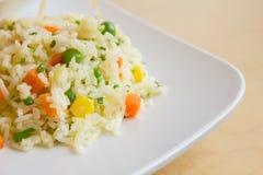 Gebraden rijst met boter op witte schotel stock afbeelding