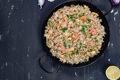Gebraden rijst met garnalen op de donkere achtergrond Royalty-vrije Stock Foto's