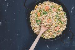 Gebraden rijst met garnalen op de donkere achtergrond Royalty-vrije Stock Foto