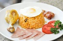 Gebraden rijst met gebraden kip, gebraden ei en ham Royalty-vrije Stock Foto's