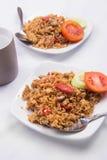 Gebraden rijst met sojasaus, worst en tomaat Stock Foto