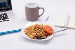 Gebraden rijst met sojasaus, worst en tomaat Royalty-vrije Stock Foto