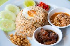 Gebraden rijst met Spaanse peperonderdompeling, varkensvlees en zout ei Stock Foto's
