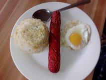 Gebraden rijsthotdog gebraden ei stock foto