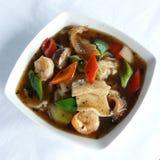 Gebraden rijstnoedels met vissenkotelet en garnalen in zwarte boonsaus Royalty-vrije Stock Foto
