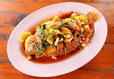 Gebraden robijnrode die vissen met snoepje, sauer en hete saus worden bedekt stock foto's