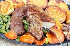 Gebraden rundvleeslever met groenten royalty-vrije stock afbeeldingen