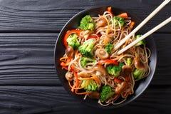 Gebraden sobanoedels met paddestoelen, broccoli, wortelen, pepercl Stock Fotografie