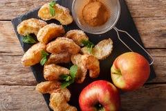 Gebraden stukken appelen met kaneelclose-up op een lijst met Cr Royalty-vrije Stock Afbeeldingen