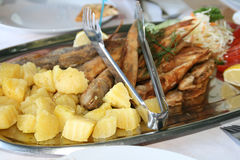 Gebraden surmullet en goby vissen met aardappel stock afbeeldingen