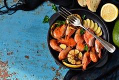 Gebraden tijgergarnalen met knoflook en citroensaus op een gietijzer F Royalty-vrije Stock Foto's