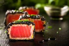Gebraden tonijnlapje vlees in zwarte sesam royalty-vrije stock foto's