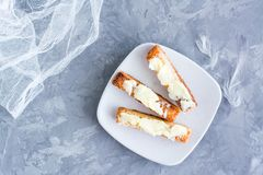 Gebraden toost met boter op een plaat royalty-vrije stock afbeelding