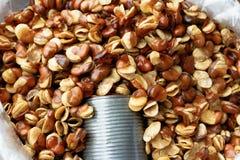 Gebraden tuinboon en lepel in markt Stock Fotografie