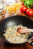 Gebraden ui en knoflook in de pan Voorbereidingscannellonien Stock Foto