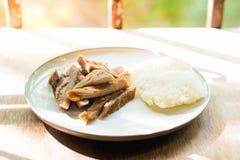 Gebraden varkensvlees en kleverige rijst op houten Stock Afbeeldingen
