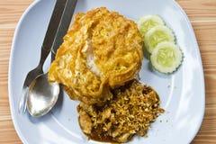 Gebraden varkensvlees met knoflookpeper op rijst en omelet Royalty-vrije Stock Foto's