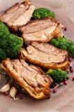 Gebraden varkensvleesbuik met broccoli stock afbeeldingen