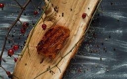 Gebraden varkensvleeslapje vlees op een houten textuur op een blauwe en witte achtergrond, natuurlijke lichte, hoogste mening Stock Foto