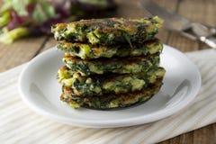 Gebraden vegetarische broccoli en spinazie fritties, voor burgers op een houten lijst Vegetarisch en gezond voedsel royalty-vrije stock afbeelding
