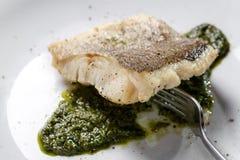 Gebraden visfilet, Atlantische kabeljauw met rozemarijn in witte plaat royalty-vrije stock foto's