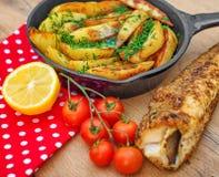Gebraden vissen en aardappels Stock Afbeeldingen
